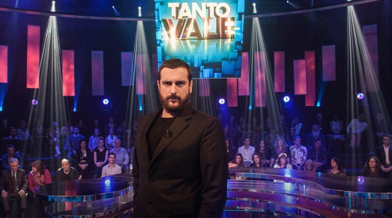 Costantino della Gherardesca debutta su Deejay Tv con il game show Tanto Vale